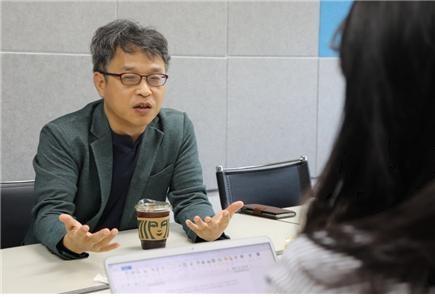 이건범 대표가 한글문화연대 사무실에서 인터뷰 중이다.