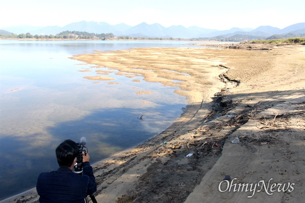창녕함안보 수문 개방으로 상류에 있는 창녕남지 쪽 낙동강 우안에 넓은 모래톱이 생겨났다.