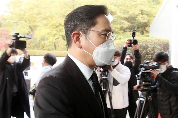 이재용 삼성전자 부회장이 25일 오후 이건희 삼성그룹 회장의 빈소가 마련된 서울 강남구 삼성서울병원 장례식장으로 들어서고 있다.