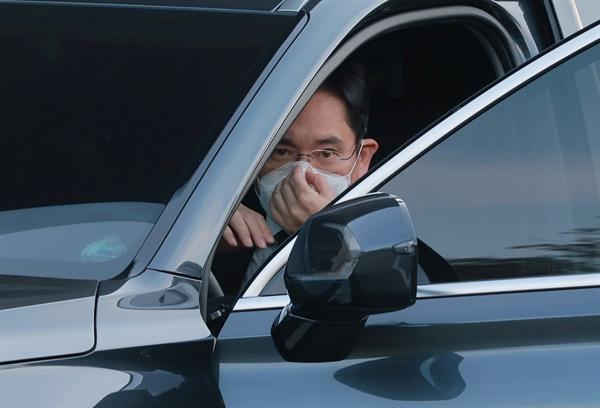 이재용 삼성전자 부회장이 25일 오후 이건희 삼성그룹 회장의 빈소가 마련된 서울 강남구 삼성서울병원 장례식장에 도착해 차량에서 내리고 있다.