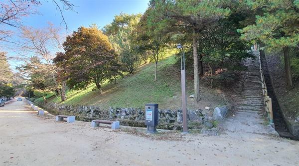 월영교를 건너면 나타나는 흙길과 석빙고로 올라가는 계단