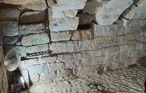 직사각형의 큰돌로 만들어진 석빙고 내부의 모습