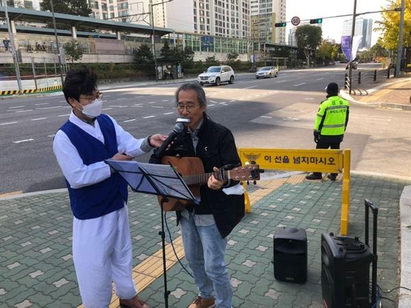 '진실은 침몰하지 않는다.' 노래를 부르는 김강수 마을합창단원