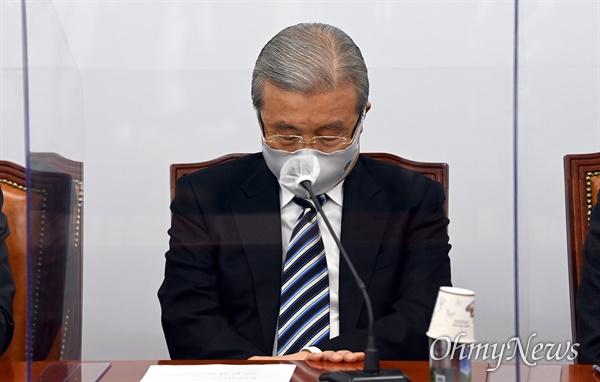 26일 오전 국회에서 열린 국민의힘 비상대책위원회에서 김종인 비대위원장이 생각에 잠겨 있다.