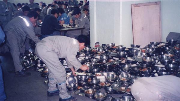 열악했던 사내식당 모습. 민주노조의 첫 활동은 도시락투쟁이었다.