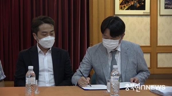이재학 PD 동생 이대로 씨가 이성덕 CJB청주방송 대표이사와 합의안에 서명하고 있다 ⓒ 김다솜 기자