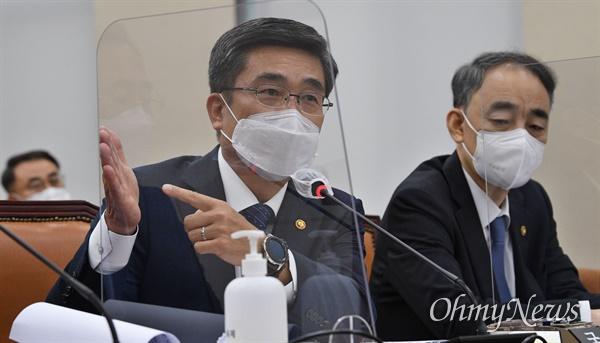 서욱 국방부장관이 26일 국회에서 열린 국방위원회의 국방부 등에 대한 국정감사에서 의원 질의에 답변하고 있다.
