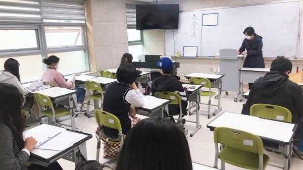 다모아학교 학생들이 10월 21일 수업을 하고 있다.