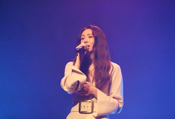 '케이시' 착한 이별 착한 그리움 케이시(Kassy) 가수가 26일 오후 열린  세 번째 EP 앨범 <추(秋)억> 발매 기념 온라인 미디어 쇼케이스에서 타이틀곡 '행복하니'를 선보이고 있다. '행복하니'는 이별 후 혼자 남은 여자의 그리움을 담은 곡이다.