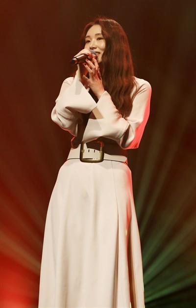 '케이시' 짙어진 감성 케이시(Kassy) 가수가 26일 오후 열린  세 번째 EP 앨범 <추(秋)억> 발매 기념 온라인 미디어 쇼케이스에서 타이틀곡 '행복하니'를 선보이고 있다. '행복하니'는 이별 후 혼자 남은 여자의 그리움을 담은 곡이다.