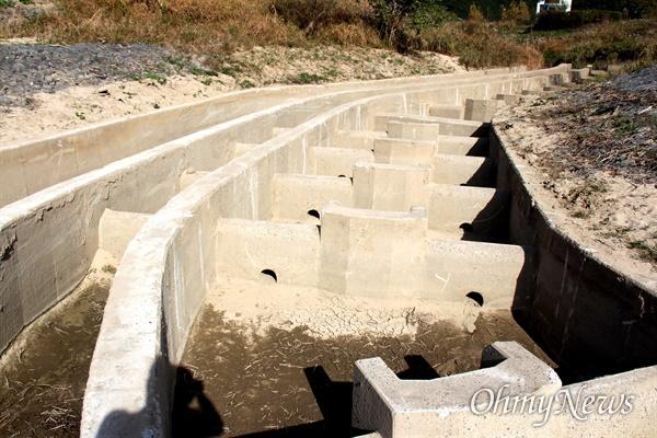 낙동강 합천창녕보 좌안 쪽 어도에 쌓여 있던 퇴적토가 처리되어 정비된 상태.