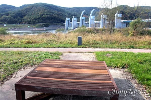 낙동강 합천창녕보 좌안 쪽 산책로에 있는 나무의자 보수작업.