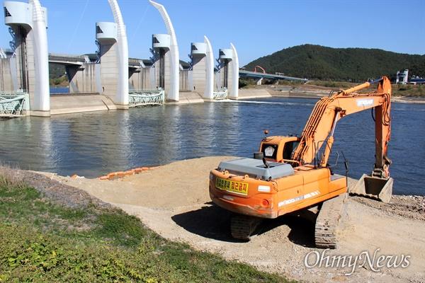 낙동강 합천창녕보 우안 쪽 소수력발전소 하부에 양수장 개선공사가 진행되고 있다.