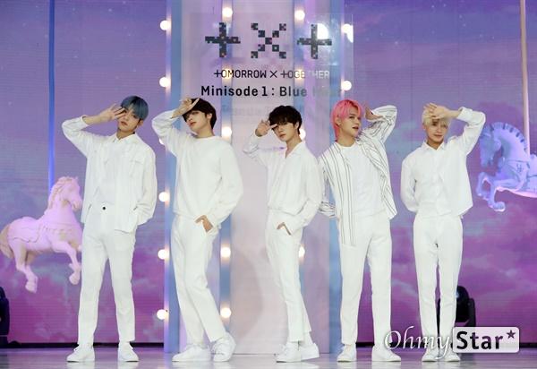 '투모로우바이투게더' 다시 한번 청량하게 투모로우바이투게더가 26일 오후 서울 광장동의 한 공연장에서 열린 세 번째 미니앨범 < minisode1 : Blue Hour > 발매 쇼케이스에서 포토타임을 갖고 있다. < minisode1 : Blue Hour>는 데뷔 이후 '꿈의 장: STAR'와 '꿈의 장: ETERNITY'를 발표하며 '꿈의 장' 시리즈를 선보여 온 투모로우바이투게더가 다음 시리즈로 넘어가기 전 들려주는 작은 이야기이다.