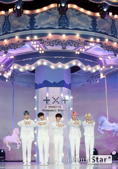 '투모로우바이투게더' 시대를 이야기! 투모로우바이투게더가 26일 오후 서울 광장동의 한 공연장에서 열린 세 번째 미니앨범 < minisode1 : Blue Hour > 발매 쇼케이스에서 포토타임을 갖고 있다. < minisode1 : Blue Hour>는 데뷔 이후 '꿈의 장: STAR'와 '꿈의 장: ETERNITY'를 발표하며 '꿈의 장' 시리즈를 선보여 온 투모로우바이투게더가 다음 시리즈로 넘어가기 전 들려주는 작은 이야기이다.