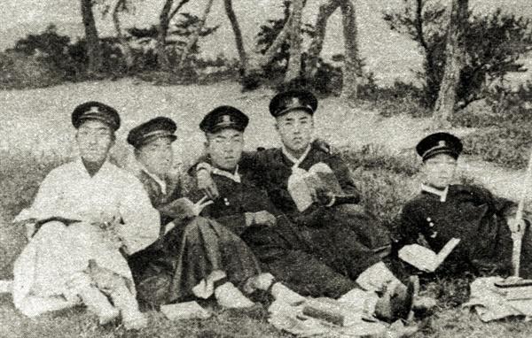 부산상업학교 시절, 급우들과 함께 찍은 사진. 맨 왼쪽의 조선옷을 입은 이가 박재혁이다.