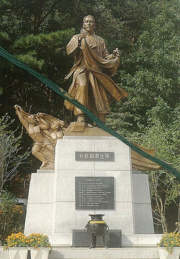 박재혁 의사의 동상. 1998년 부산 어린이 대공원에 세워졌으나, 외진 곳이라 이를 찾는 이는 드물다고 한다.