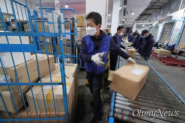 27일 서울 마포구 한진택배 마포 터미널애서 택배 노동자들이 분류작업을 하고 있다.