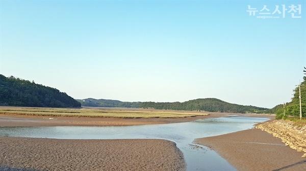 한 발짝 더 나아가 본다면 광포만에서 시작해 사천만, 삼천포대교에 이르는 해안을 생태관광의 메카로 연결하는 그림도 그려볼 수 있겠다. 사진은 광포만.