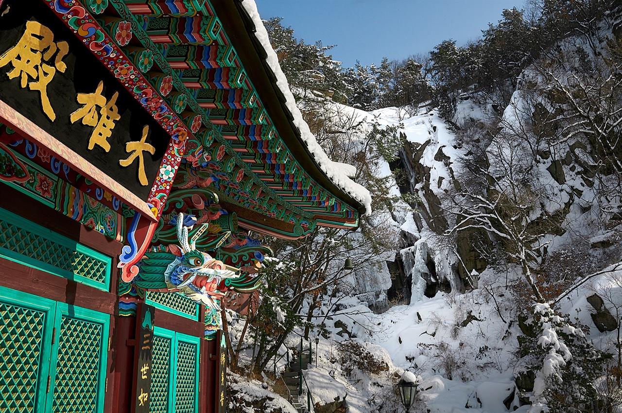 겨울날 찾은 불암산 경수사. 산과 나무는 물론 대웅전 처마에도 흰 눈이 소복이 쌓였다.