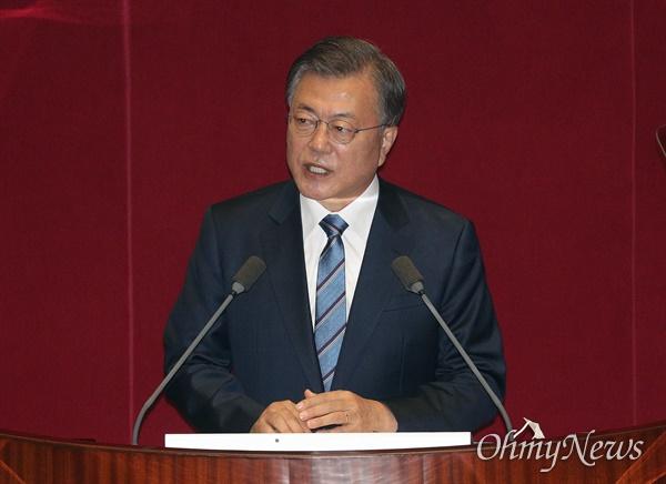 문재인 대통령이 28일 오전 서울 여의도 국회에서 2021년도 예산안 시정연설을 하고 있다.