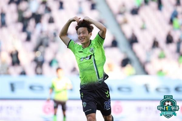 지난 18일 전주월드컵경기장에서 열린 전북현대모터스와 광주FC의 경기. 전북 손준호 선수가 골 세레머니를 하고 있다.