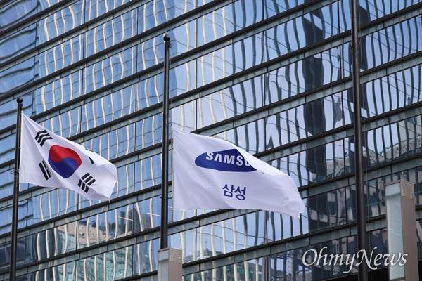 고 이건희 삼성 회장의 발인이 진행된 28일 조기가 걸린 서울 서초구 서초동 삼성사옥 모습.