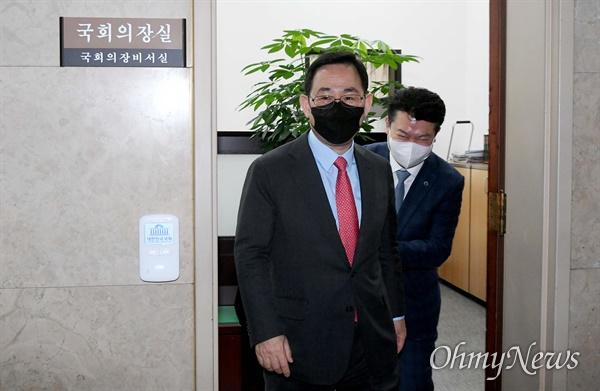 주호영 국민의힘 원내대표가 28일 서울 여의도 국회 의장실에서 박병석 국회의장과 면담한 뒤 나서고 있다.