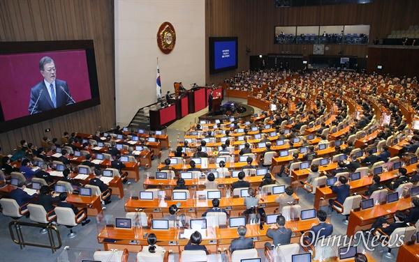 문재인 대통령이 28일 국회 본회의장에서 2021년 예산안 시정연설을 하고 있다.