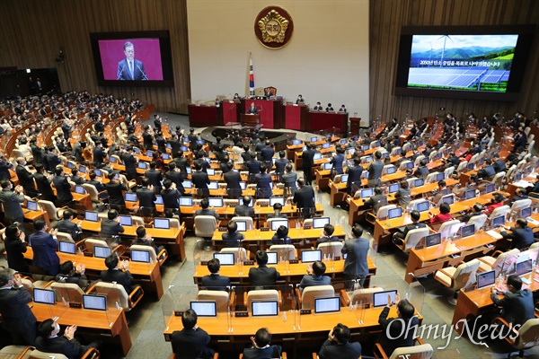 문재인 대통령이 28일 국회에서 2021년도 예산안 및 기금운용 계획안에 대한 정부의 시정연설 도중 더불어민주당 의원들이 일어나 박수를 치고 있다.