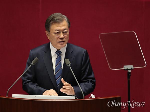 문재인 대통령이 28일 국회에서 2021년도 예산안 및 기금운용 계획안에 대한 정부의 시정연설을 하고 있다.