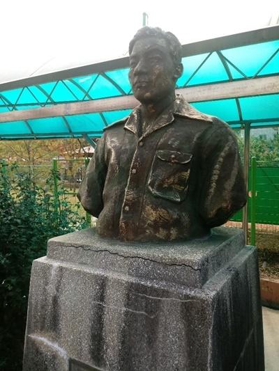 진영여중에 세워져 있는 강성갑 동상