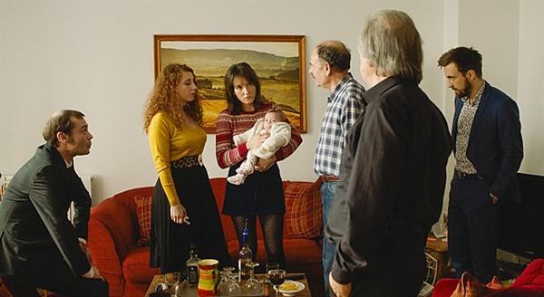 글로리아를 위하여 갓 태어난 글로리아와 문제 많은 가족들.