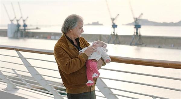 글로리아를 위하여 딸인 마틸다(아나이스 드무스티에 분)가 어린 시절 감옥에 갔다 막 출소한 다니엘(제라드 메이란 분)이 손녀 글로리아를 안고 산책하는 장면.