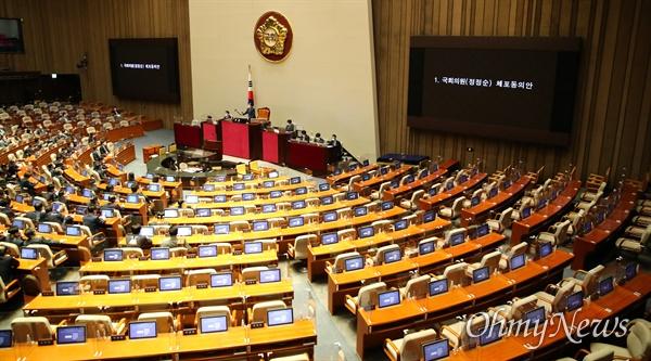 29일 오후 국회에서 열린 본회의에 국민의힘 의원들이 참석하지 않아 자리가 비어있다. 이번 본회의에는 4ㆍ15 총선 회계부정 혐의를 받고 있는 더불어민주당 정정순 의원의 체포동의안에 대해 무기명 투표를 진행했다.