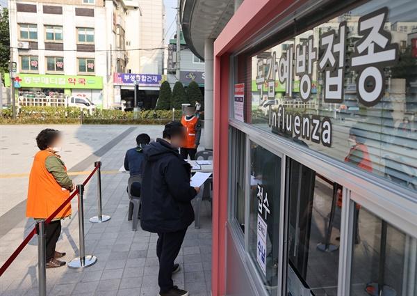 27일 서울 시내 한 병원을 찾은 내원객들이 인플루엔자(독감) 백신 예방 접종을 위해 차례를 기다리고 있다.