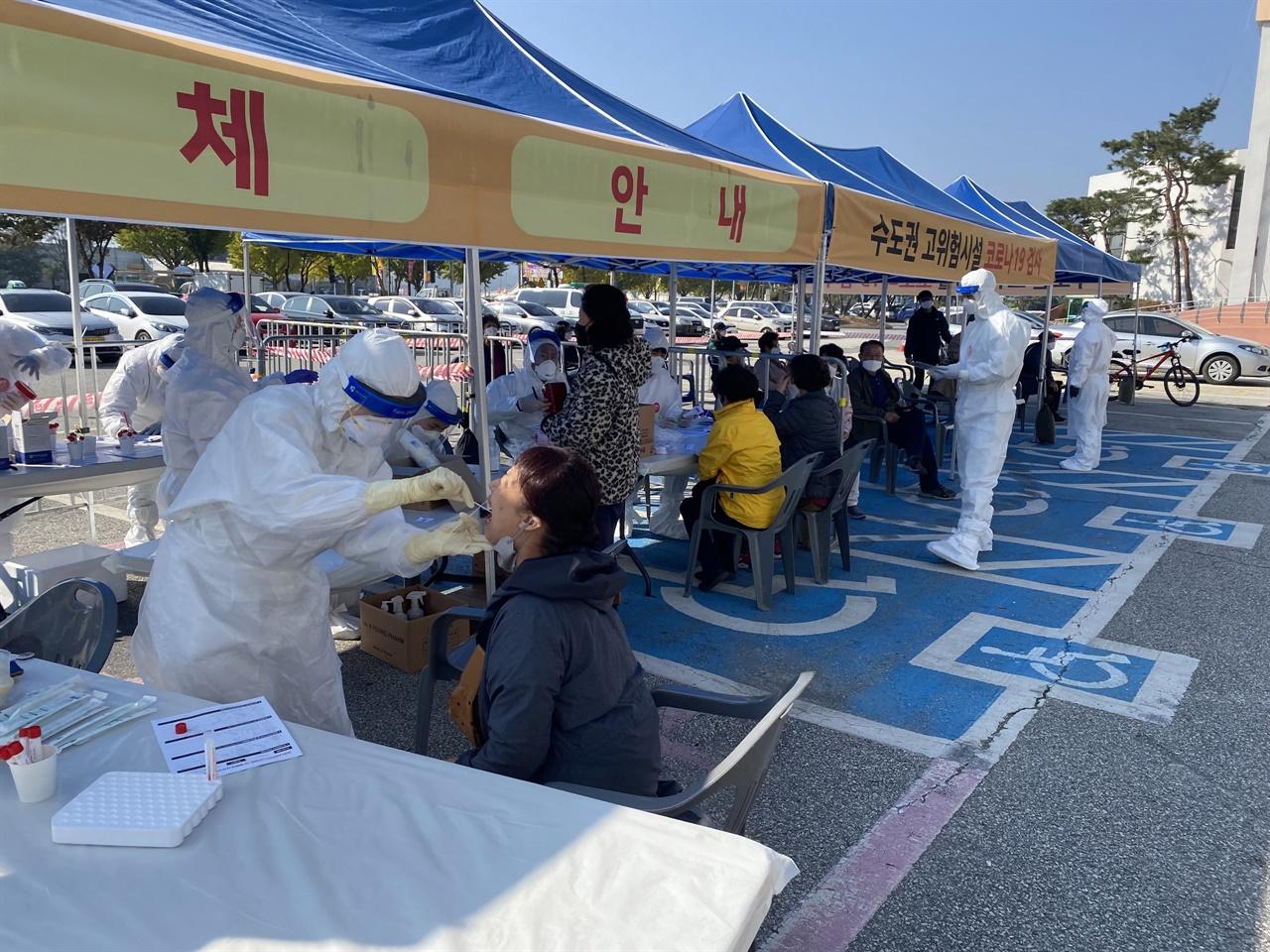 경기도 내 요양기관 발 코로나19 집단감염이 발생하고 있는 가운데 경기 양평군이 지역 요양시설에 대한 전수검사를 진행했다.