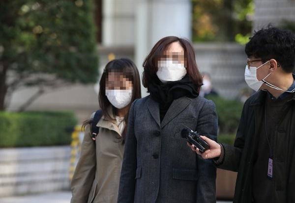 '자녀 입시비리·사모펀드' 관련 혐의를 받는 정경심 동양대 교수가 29일 오전 서초구 서울중앙지방법원에서 열린 속행공판에 출석하고 있다.