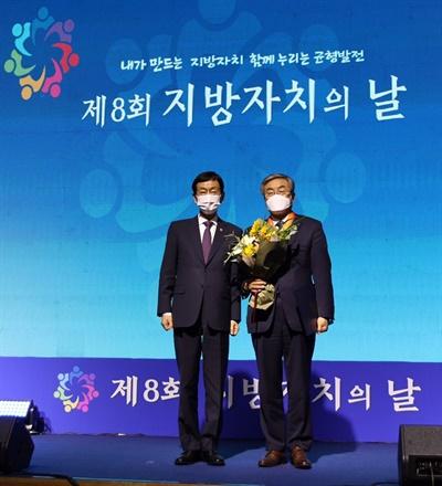 최상한 경상대 교수(오른쪽)가 진영 장관으로부터 훈장을 받은 뒤 기념촬영을 하고 있다.
