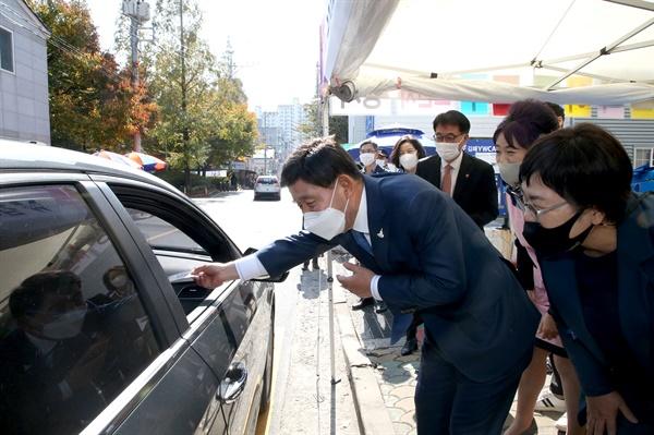 10월 29일 김해 YWCA '승차 점심 나누기' 행사에 허성곤 김해시장이 함께 했다.