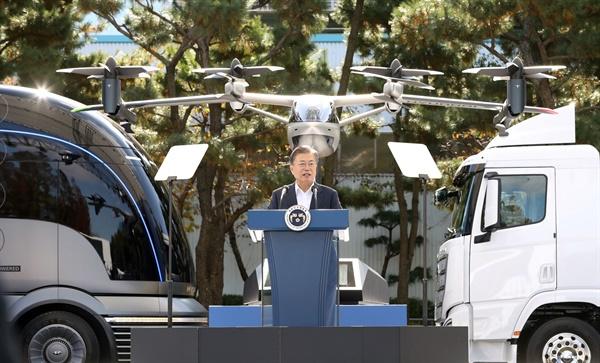 문재인 대통령이 30일 오전 현대자동차 울산공장에서 '친환경 이동수단, 깨끗하고 안전하게'라는 주제로 열린 간담회에서 발언하고 있다. 2020.10.30