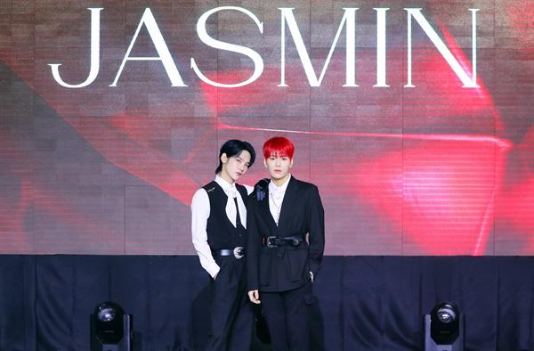 'JBJ95' 성숙+강렬 카리스마 JBJ95(상균, 켄타)가 28일 오후 열린 네 번째 미니앨범 < JASMIN > 발매 기념 온라인 미디어 쇼케이스에서 포즈를 취하고 있다. 타이틀곡 'JASMIN(자스민)'은 유혹적인 상대의 매력을 자스민 향기에 빗대어 표현한 댄스곡이다.