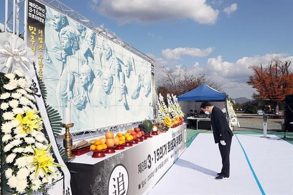 30일 오후 국립3.15민주묘지에서 열린 '제60주년 3.15의거 기념 제8회 3.15의거 희생자 위령제'에서 허성무 시장이 분향하고 있다.