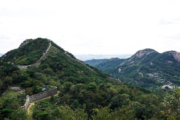 사진은 새로 개방되는 북악산 북측면.