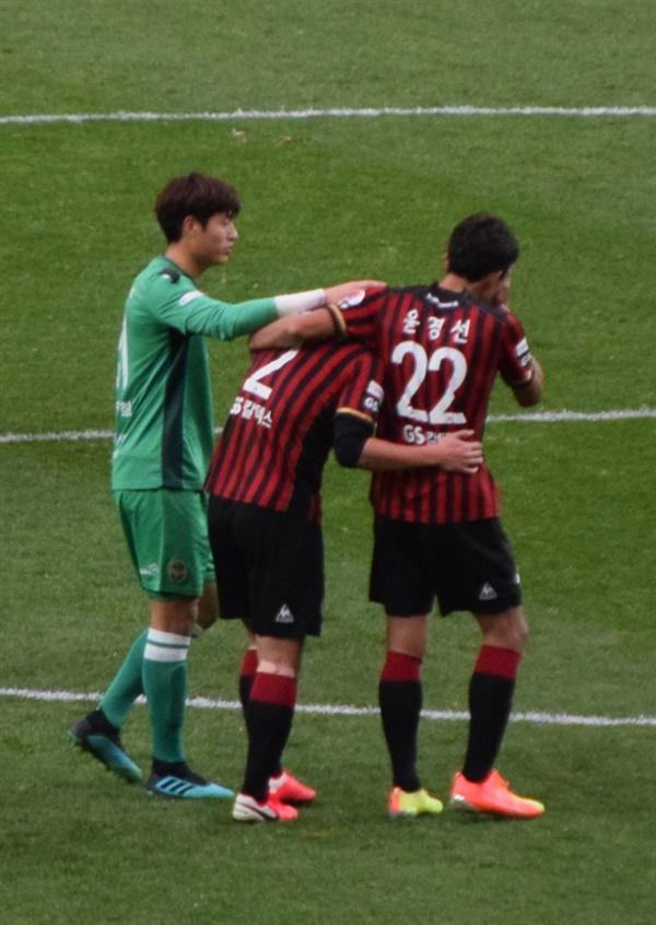 종료 직후 오열하는 FC 서울 수비수 황현수를 위로하는 인천 유나이티드 골키퍼 이태희(왼쪽) 선수