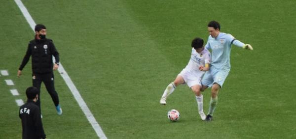 후반전 추가 시간 7분, FC 서울 골키퍼 양한빈(오른쪽)이 인천 유나이티드 김도혁을 위험한 발길질로 걷어차는 순간