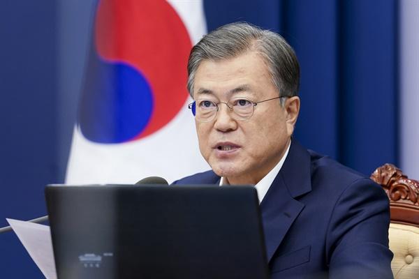 문재인 대통령이 2일 청와대에서 수석·보좌관 회의를 주재하고 있다.