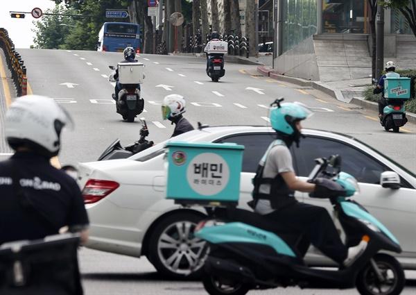 코로나바이러스 감염증(코로나19)이 재확산으로 '2.5 단계 방역 조치'가 시행된 30일 서울의 한 도로에서 배달 라이더들이 분주하게 이동하고 있다. 2020.8.30