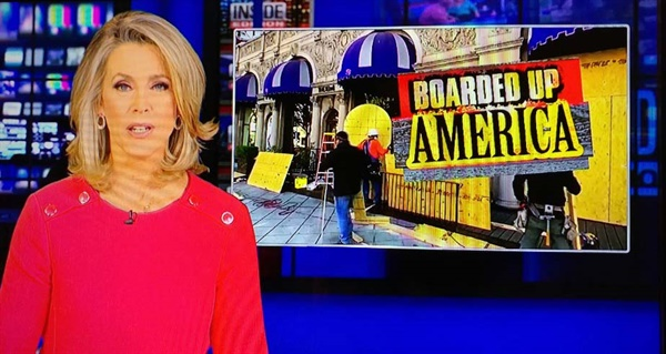 맨해튼의 고급 상점들이 나무판자로 진열대를 막아놓고 있다고 보도하는 뉴스
