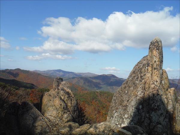 하얀 구름, 울긋불긋한 단풍, 그리고 멋스런 바위.